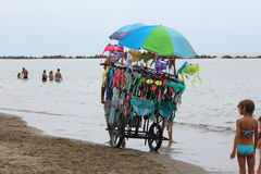 Um vendedor ambulante do roupa de banho na praia Imagens de Stock Royalty Free
