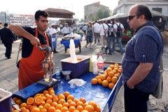 Um vendedor ambulante em Karakoy em Istambul, Turquia Imagem de Stock