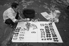 Um vendedor ambulante varejo dos sunglass fotografia de stock