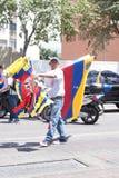 Um vendedor ambulante venezuelano que vende bandeiras Imagens de Stock Royalty Free