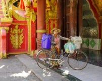 Um vendedor com a bicicleta em Yangon, Myanmar foto de stock royalty free