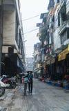 Um vendedor com sua bicicleta em Dong Xuan Market Fotos de Stock