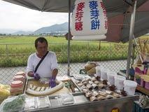 Um vendedor da borda da estrada que vende o biscoito dos doces do maltose em Taichung de Taiwan Imagens de Stock Royalty Free