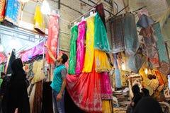 Um vendedor da tela, feira Vakil, Shiraz, Irã imagem de stock