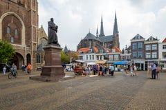 Um vendedor das obstruções, cercado por turistas no quadrado de cidade grande, i imagem de stock royalty free