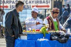 Um vendedor de alimento no chifre dourado no distrito de Karakoy de Istambul em Turquia Imagem de Stock