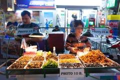 Um vendedor fritado não identificado do inseto na estrada Banguecoque de Khaosan, Tailândia o 16 de janeiro de 2014. Imagens de Stock Royalty Free