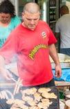 Um vendedor nos jogos de Nestenar, Bulgária do assado Fotografia de Stock Royalty Free