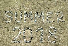 Um verão de 2018, as letras são tiradas no Sandy Beach foto de stock