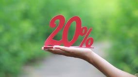 Um vermelho um disconto de 20 por cento em uma mão fêmea video estoque