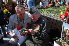Um veterano de guerra senta-se em um banco Fotografia de Stock