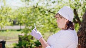 Um veterinário fêmea toma uma vacina da seringa filme