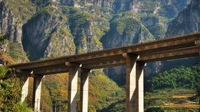 Um viaduto visto da terra Imagem de Stock Royalty Free