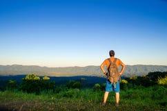 Um viajante aventuroso alcançou a montanha superior imagens de stock