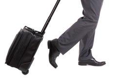Um viajante de negócios com mala de viagem Fotografia de Stock Royalty Free