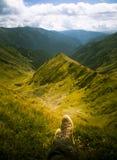 Um viajante que descansa em uma paisagem da montanha em montanhas Carpathian Fotografia de Stock Royalty Free