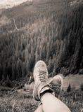 Um viajante que descansa em uma paisagem da montanha em montanhas Carpathian Fotografia de Stock