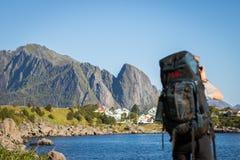 Um viajante que fotografa um Mountain View em Noruega imagens de stock royalty free