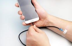 Um viciado da tecnologia O conceito da dependência no smartphone, telefone imagem de stock