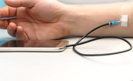 Um viciado da tecnologia O conceito da dependência no smartphone, telefone foto de stock royalty free
