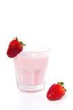 Um vidro com bebida do iogurte da morango Fotografia de Stock