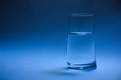 Um vidro da água à direita imagens de stock