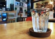 Um vidro da água com gelo na cafetaria fotografia de stock