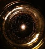 Um vidro da água, um escurecimento e uma ideia foto de stock royalty free