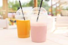 Um vidro da bebida natural fresca colorida do verão fora no verão imagens de stock