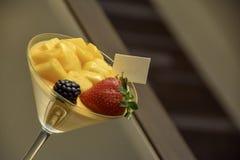 Um vidro da sobremesa luxuosa do fruto, do foco seletivo e da opinião borrada do declive do fundo imagens de stock