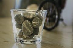 Um vidro das rochas/pedras imagens de stock
