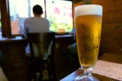 Um vidro de cervejas do ofício no café do vintage fotografia de stock royalty free