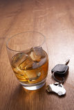 Um vidro de chaves do álcool e do carro Fotografia de Stock Royalty Free