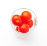 Um vidro de tomates de cereja imagens de stock