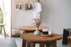 Um vidro do café do latte na tabela de madeira no café mínimo imagens de stock royalty free