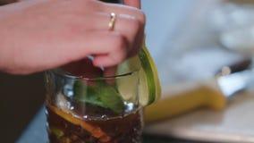 Um vidro do chá com limão filme