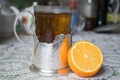 Um vidro do chá com limão Fotografia de Stock