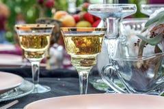 Um vidro do champanhe na tabela do casamento imagens de stock