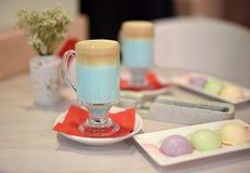Um vidro do cocktail do café em uma tabela de café da manhã em um café Fotos de Stock