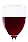 Um vidro do detalhe do vinho vermelho no branco foto de stock