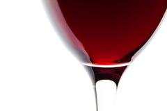 Um vidro do detalhe do vinho vermelho no branco Fotografia de Stock
