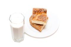 Um vidro do leite com cookies Fotos de Stock
