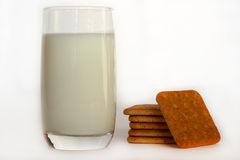 Um vidro do leite com cookies Foto de Stock