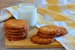 Um vidro do leite e dos bolinhos Foto de Stock