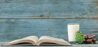 Um vidro do leite e do livro foto de stock royalty free