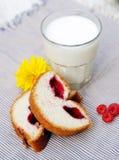 Um vidro do leite, suor coze na toalha de mesa Fotografia de Stock Royalty Free