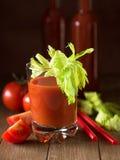 Um vidro do suco de tomate com aipo sae Foto de Stock