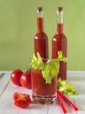 Um vidro do suco de tomate com aipo sae Fotos de Stock Royalty Free