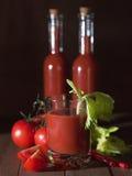 Um vidro do suco de tomate com aipo sae Imagens de Stock Royalty Free