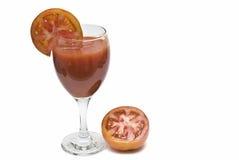 Um vidro do suco de tomate com uma fatia. Fotos de Stock Royalty Free